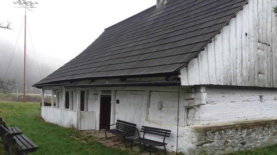 V místě historické roubenky na okraji města stával rodný domek Prokopa Diviše, vynálezce bleskosvodu