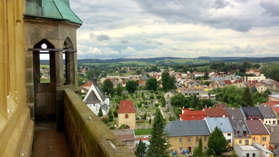 Výhled z věže, kde se Bohuslav Martinů narodil, na hřbitov, kde je pochován