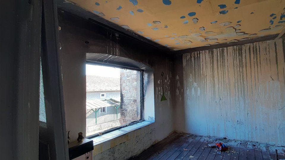 Vyhořelý dům v obci Veltěže