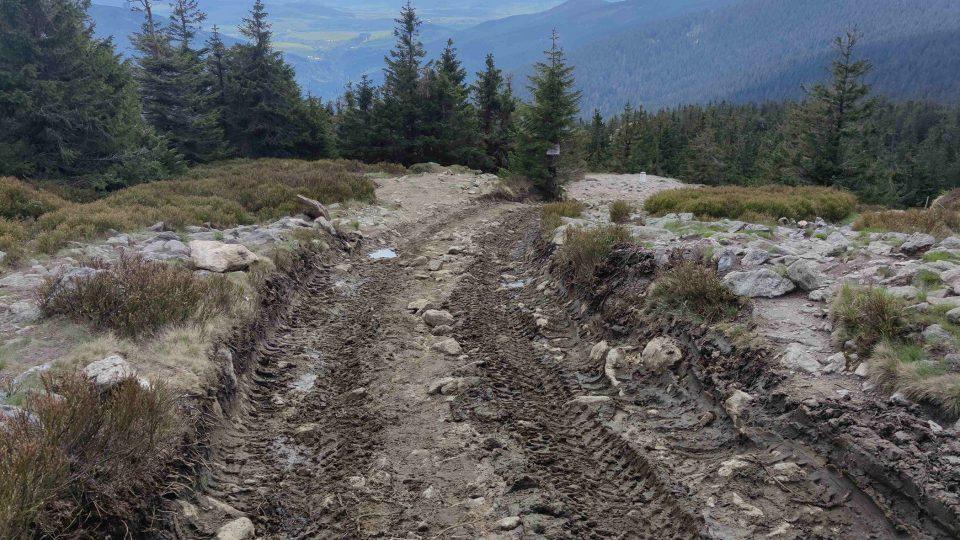 Stavební stroje ničí přírodu v okolí vrcholu Králického Sněžníku