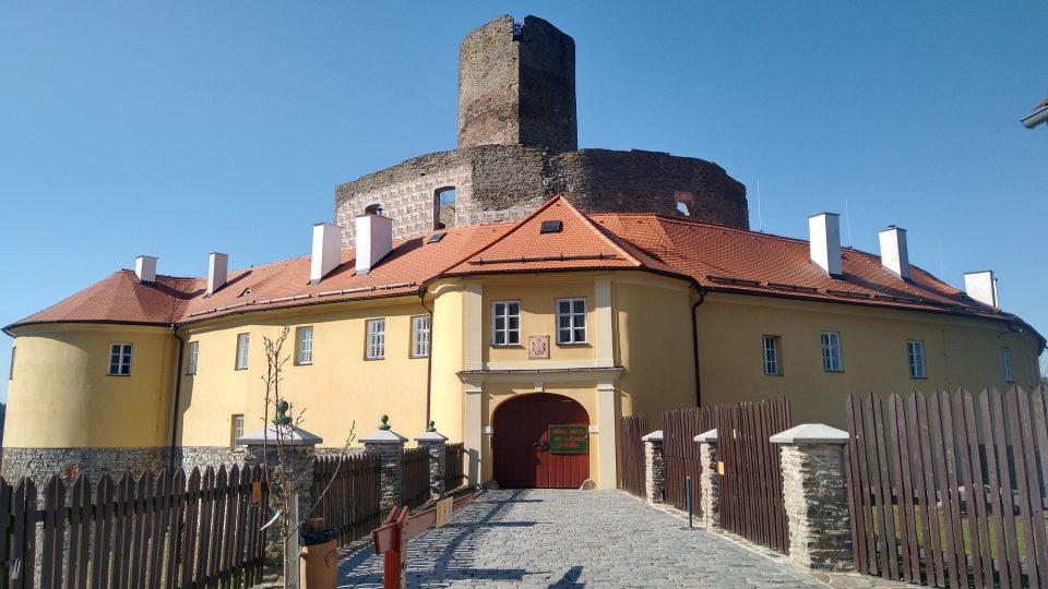 V románu Tajemný hrad Svojanov se po jeho hradbách procházela strašidla