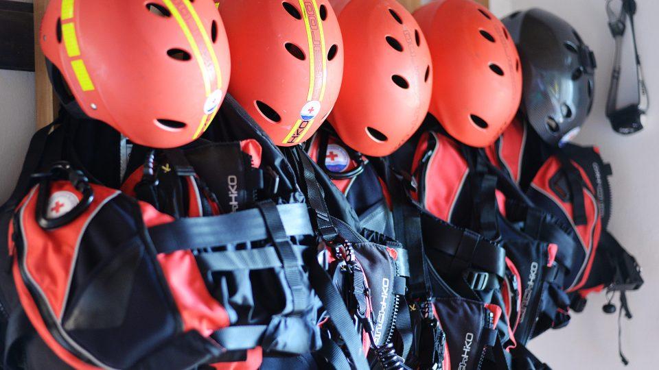 Vesta a helma. Povinná výbava vodního záchranáře ve službě