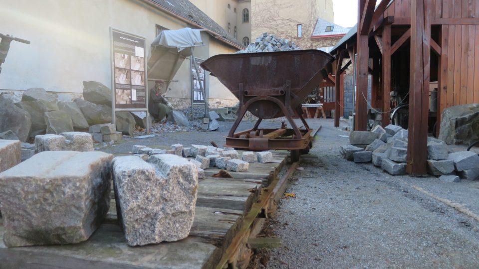 Historický nákladní vozík a drážka ve venkovní expozici