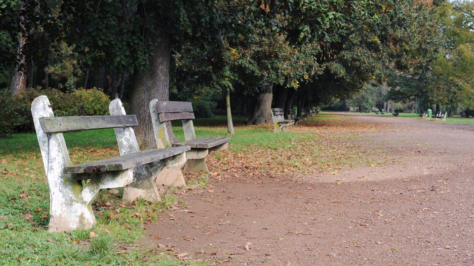 Omšelé lavičky nahradila moderní promenáda