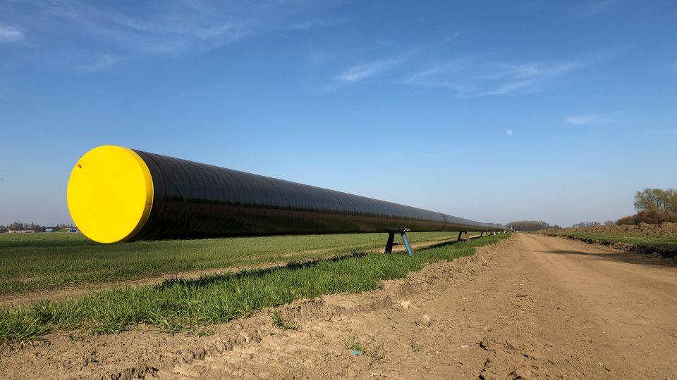 Ocelové trubky mají průměr 500 mm. Desetimetrové kusy se nejdříve svaří, kolona bagrů následně ukládá potrubí vcelku do výkopu