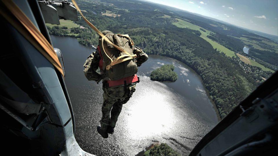 Výsadkáři musí trefit sečskou přehradu. Z výšky 300 metrů se zdá mnohem menší