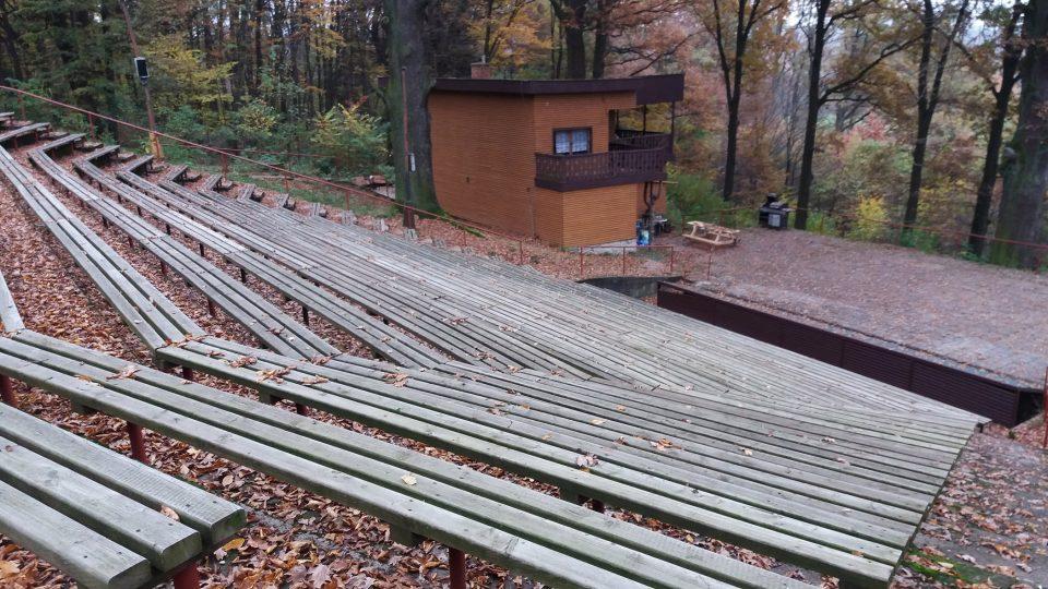 Přírodní divadlo ve stráni nad Holicemi. Hlediště pojme víc než 500 diváků