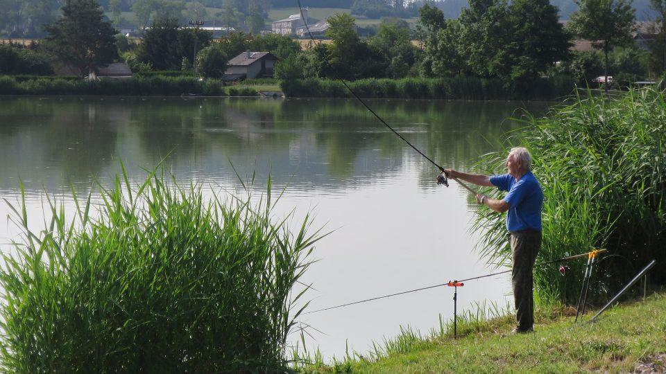 Rybáři se scházejí u Voletického rybníka už v pět ráno
