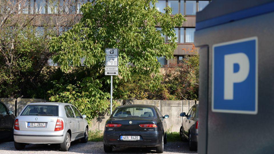 Na parkovišti je parkovací automat, řidiči ho ale téměř nevyužívají