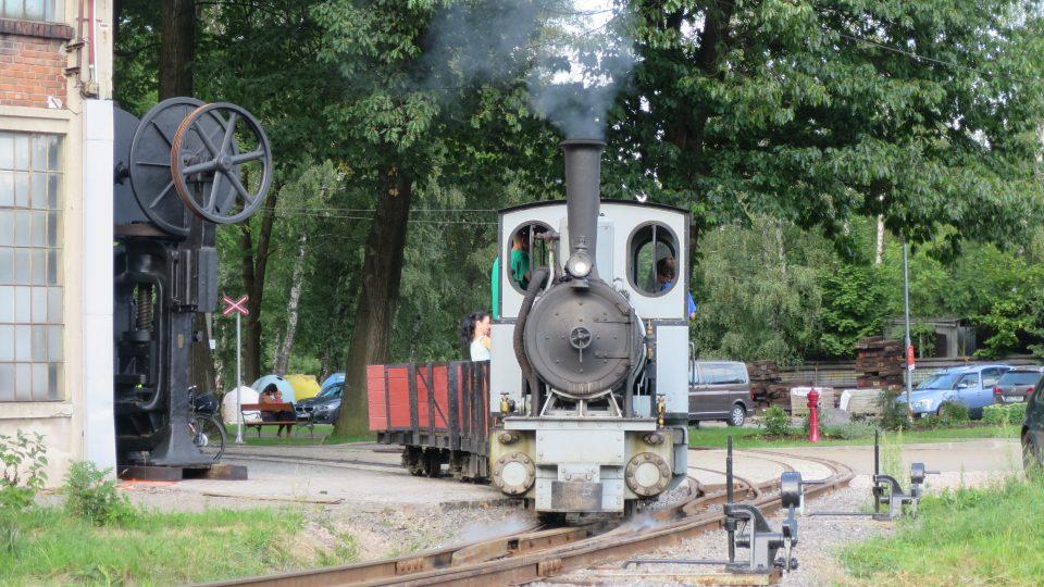 Parní lokomotiva právě vyjíždí