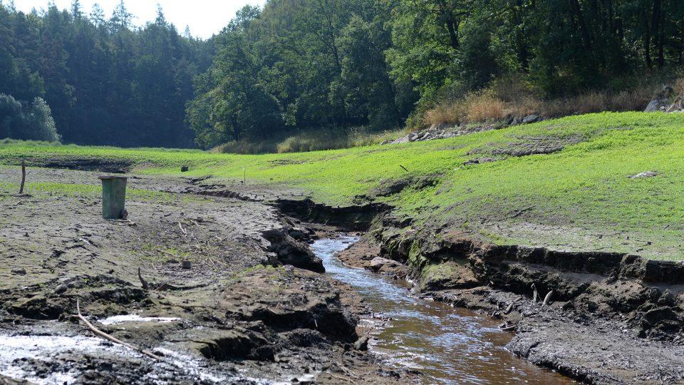 Řeka Doubrava, která přehradu zásobuje vodou, se změnila na malý potůček