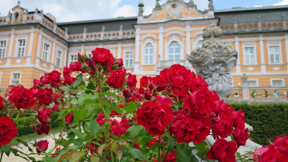 Francouzská zahrada na předním nádvoří zámku