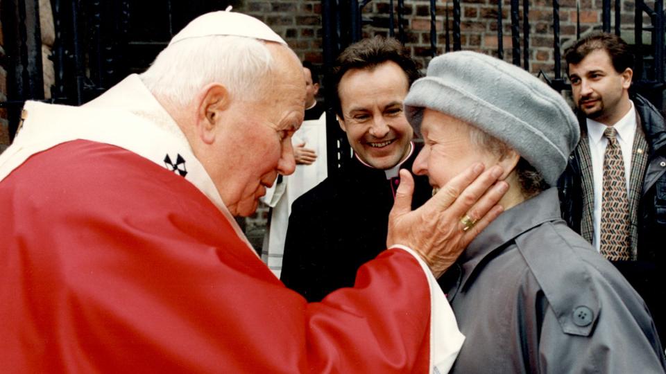 Návštěva papeže Sv. Jana Pavla II. v ČR – setkání s maminkou Jana Vokála po Mši svaté v Hradci Králové