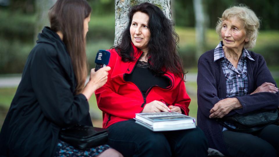 Redaktorka Šárka Kuchtová natáčí v Ležákách s Jarmilovou Doležalovou st. a Jarmilou Doležalovou ml.
