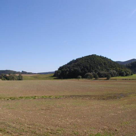 Údolí Třebůvky s hradním kopcem Vraní Hora