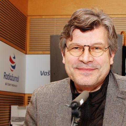 Pavel Maurer při nahrávání své první glosy o jídle pro Radiožurnál