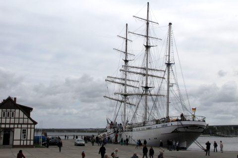 Trojstěžník Gorch Fock v stralsundském přístavu