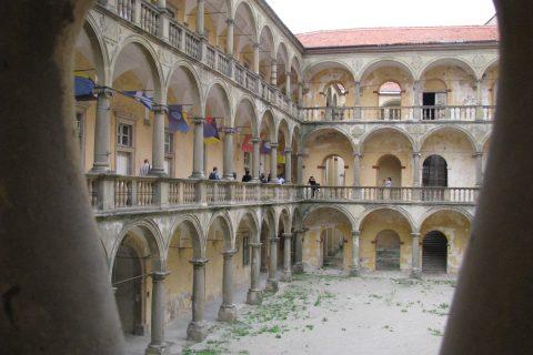 Arkádové nádvoří zámku v Moravském Krumlově zůstává většinu času zavřené.