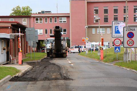 Dostat se do Fakultní nemocnice v Plzni bude pro řidiče komplikovanější. Začínají totiž rekonstrukce vjezdů do areálu na Borech i na Lochotíně