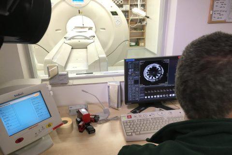 Bronzový hrnec při vyšetření tomografem