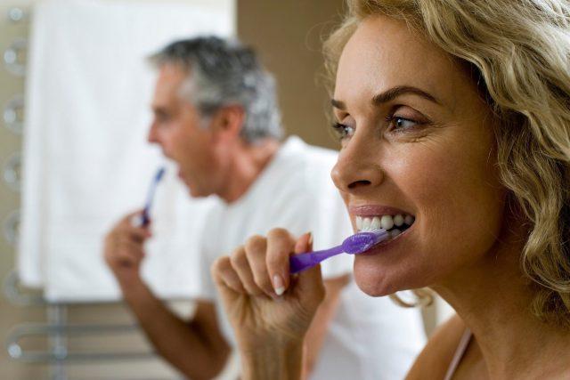 Péče o zubní náhradu je stejně důležitá jako péče o vlastní zuby  (ilustrační foto) | foto: Fotobanka Profimedia