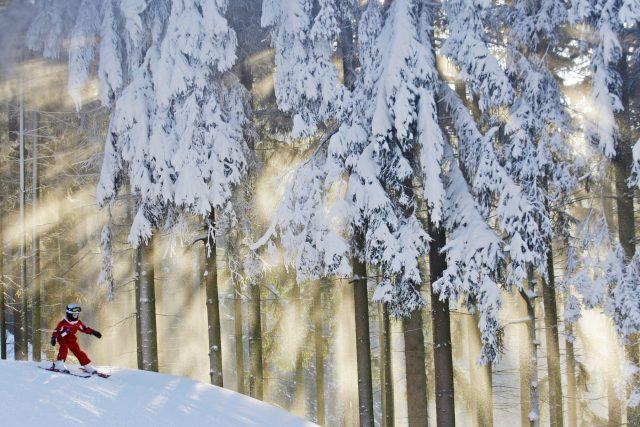 Malý lyžař na sjezdovce v Hlinsku