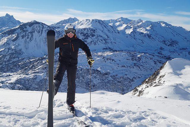 Výrobce lyží Milan Luštinec testuje své vlastní výrobky