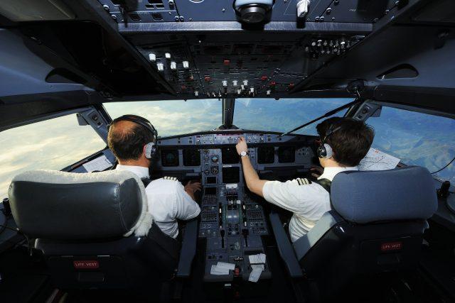 Piloti v kokpitu letadla Airbus