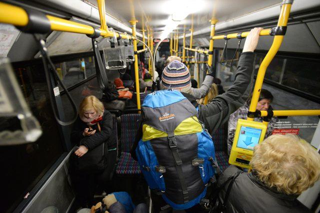 Cestující v trolejbusu pardubické MHD