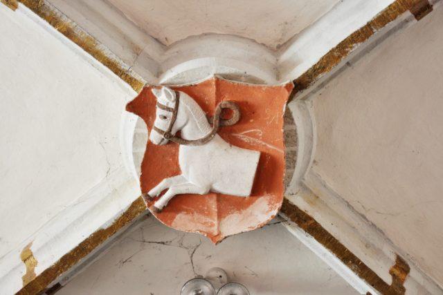 Nejstarší známé zpodobnění městského znaku Pardubic je na klenbě kostela Zvěstování P. Marie z let 1507 – 1515