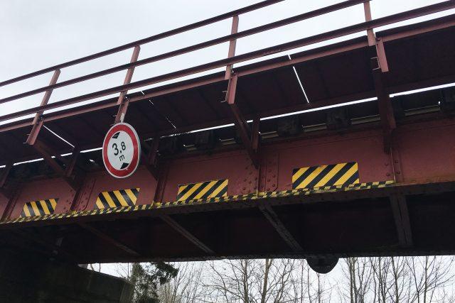 Auta vyšší než 3,8 m pod mostem neprojedou. Řidiči to stejně zkouší, jak je na mostě patrné