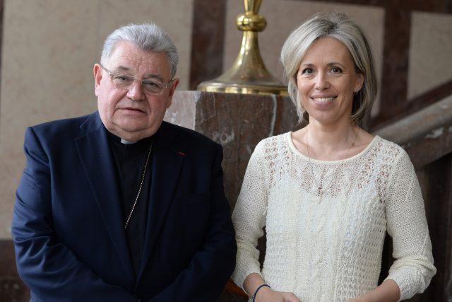 Kardinál Dominik Duka a Alena Zárybnická při natáčení Záletů