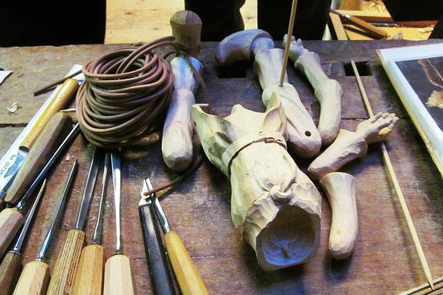 Tak vyrábí marionety loutkář Bedřich Šilar