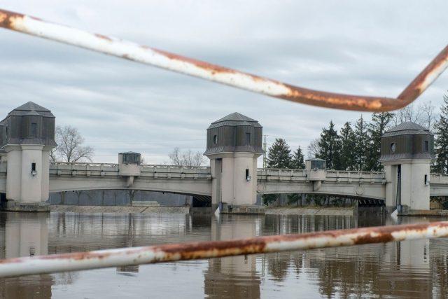 Most s vodní elektrárnou v Přelouči
