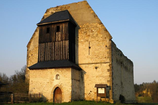 Z konventního chrámu se zachovala i balkonová zvonice