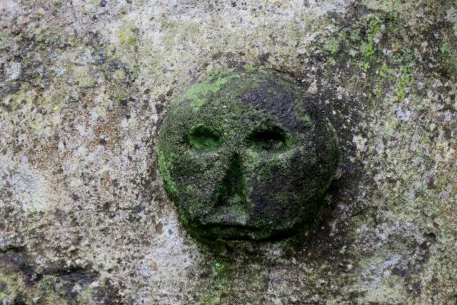 Záhadná plastika ve zdi kláštereckého hřbitova