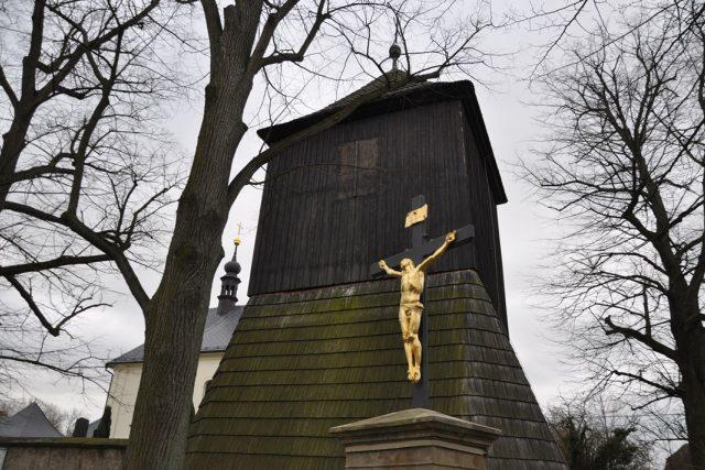Kostel s dřevěnou zvonicí v Radhošti byl svědkem bojů katolického faráře s evangelíky