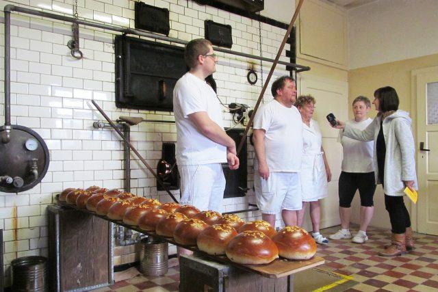 Upečené mazance z pece postavené v roce 1944, rodina pekařů Adamců navazuje na předka pekaře z roku 1906 v Nekoři