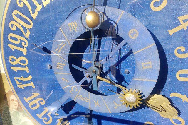 Detail ciferníku litomyšlského orloje na věži staré radnice