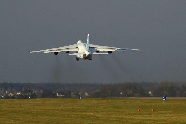 Obří letadlo Antonov odlétá z Pardubic