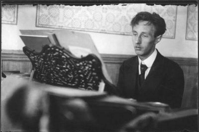 Bohuslav Martinů u klavíru na městském důchodu.  Čechy, Polička, 1918