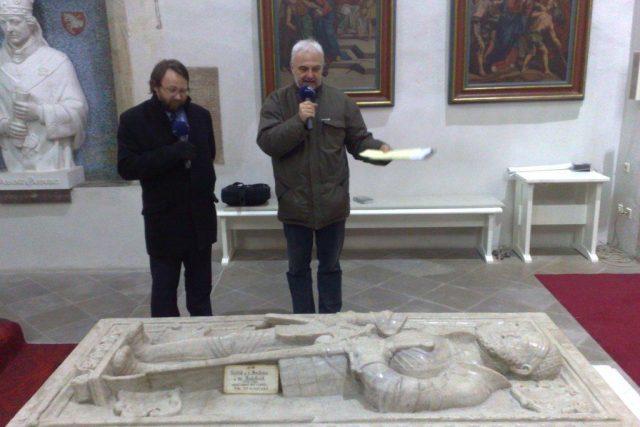 Vladimír Čech s Petrem Vorlem natáčí u hrobu Vojtěcha z Pernštejna Pardubická ohlédnutí