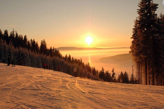 Skiareál Sněžník Dolní Morava nabízí nejen kvalitní podmínky pro lyžování, ale také kouzelné výhledy do kraje