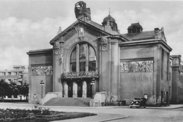 Východočeské divadlo v Pardubicích - pohlednice z 50. let
