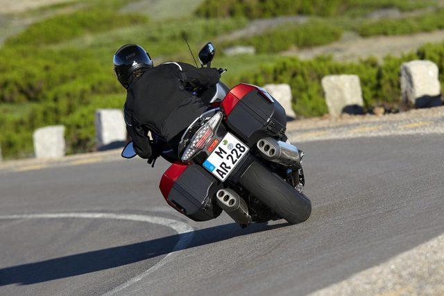 I přes 320 kilogramů se motorka lehce naklání