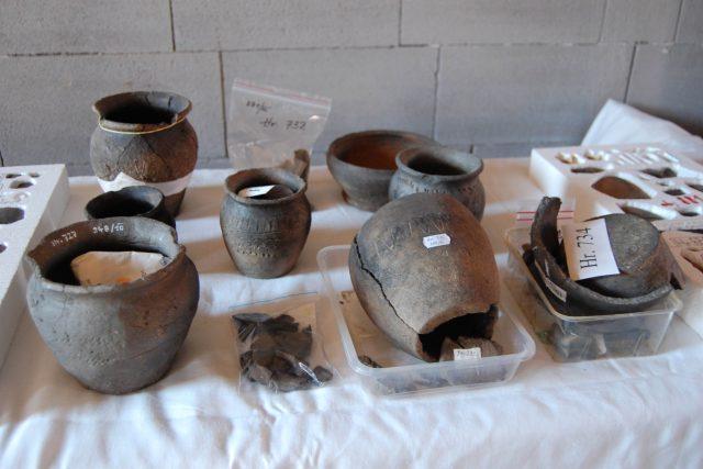 Archeologové v lokalitě objevili i velké množství keramiky