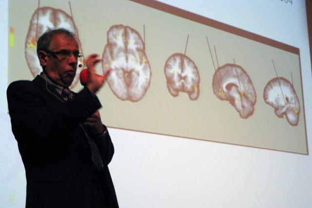 Prof. MUDr. Ivan Rektor, CSc. při přednášce Hudba v mozku