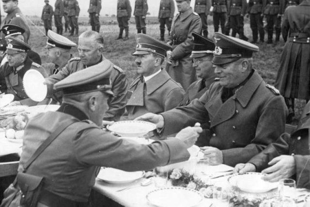 Hitlerova návštěva v Sudetech 3. 10. 1938 – Konrad Henlein vpravo vedle Adolfa Hitlera