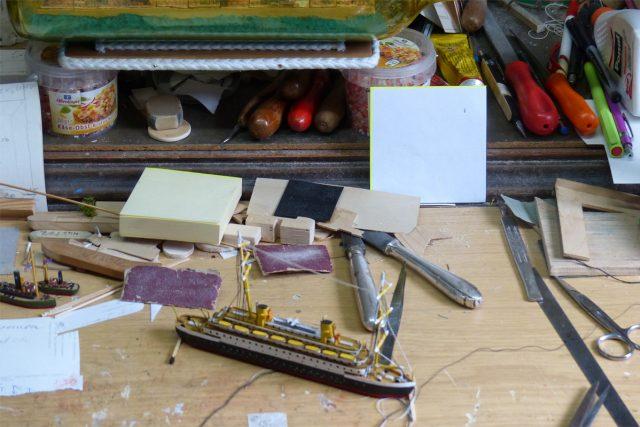 Pracovní stůl modeláře   foto: Klára Stejskalová