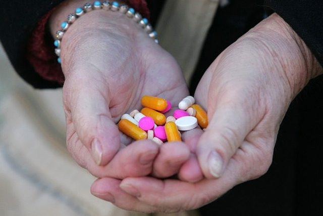 Nemoc, lék, prášky, chřipka, nachlazení (ilustrační foto)